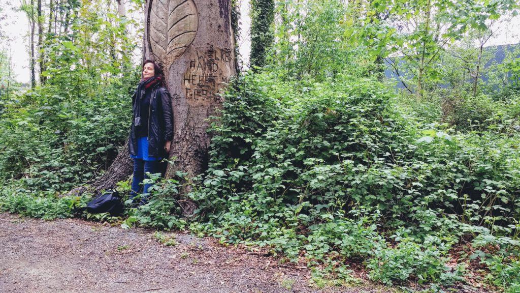 Laurence Vielle aan de boom van de bosnimf
